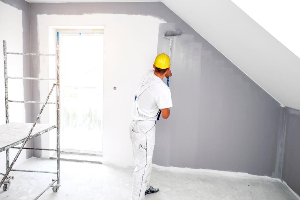 Schildersbedrijf aan het werk op zolder